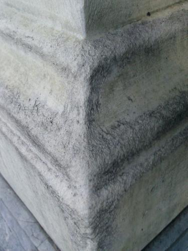 Выкрашивание белого мелко-среднезернитого однородного мрамора. Северный угол постамента. Сентябрь 2011.