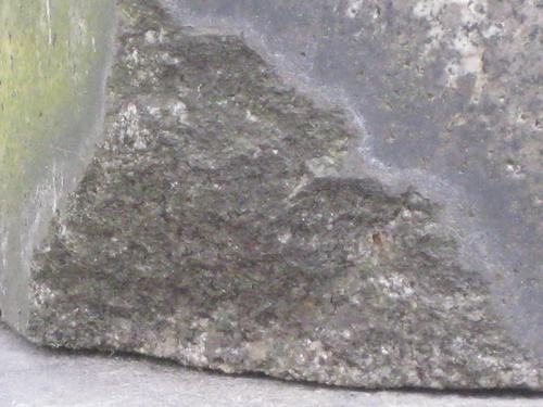 Выбоина неизвестного происхождения на стеле (восточная сторона)