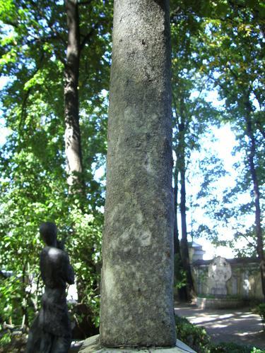 Огрубленение поверхности и отшелушивание на кресте из белого мрамора. Северная сторона креста. Май 2011