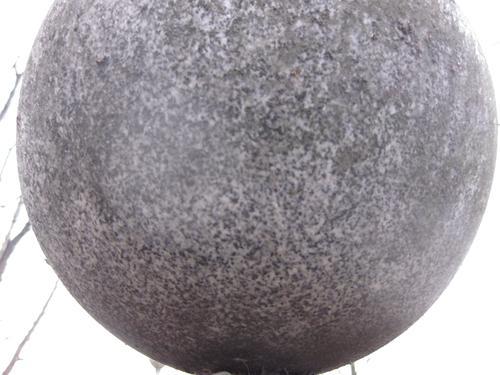 Грязевые наслоения на камне (восточная сторона)
