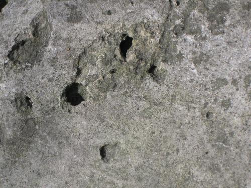 Выбоины неизвестного происхождения на основании (южная сторона)