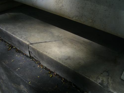 Трещины и скол неизвестного происхождения на основании саркофага из белого мелко-среднезернистого однородного мрамора. Восточная сторона саркофага. Май 2011.