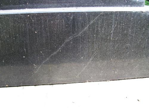 Трещины на постаменте из черного габброида. Северная сторона постамента. Май 2011