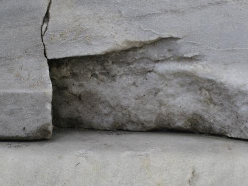 Выбоина неизвестного происхождения на постаменте (юго-восточная сторона)