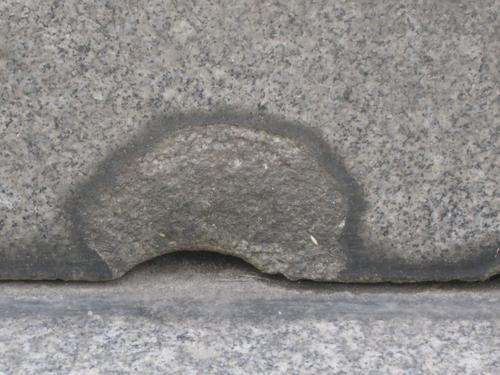Выбоина неизвестного происхождения на постаменте (восточная сторона)