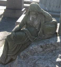 Фигура плакальщицы. Фотография и карта форм разрушения мрамора.