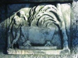 Мраморная плита с барельефом. Фотография и карта форм разрушения мрамора.