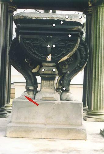 Вид саркофага с западной стороны. Видны различные этапы образования гипсовой корки и места ее отслаивания. Стрелкой показано место отбора образца 1. Кружочками показаны места отбора биологических проб. Фото октября 2001 года.
