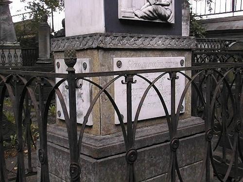 Южная сторона. Плиты постамента из желто-оранжевого Путиловского известняка. Фото июля 2002 г.