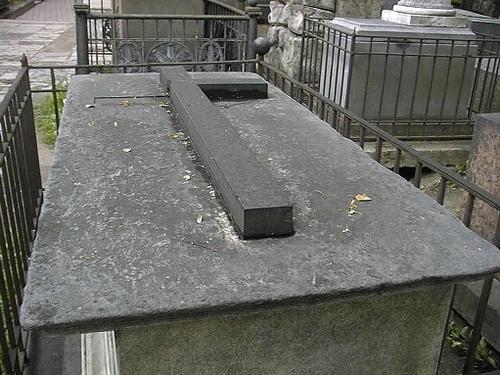 Крышка саркофагаВиден сплошной налет из атмосферных грязевых отложений. Фото июля 2002 г.