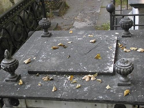 Верхняя плита постамента. Видны выбоины и сколы по неизвестным причинам, сплошной налет из атмосферных грязевых отложений. Фото июля 2002 г.
