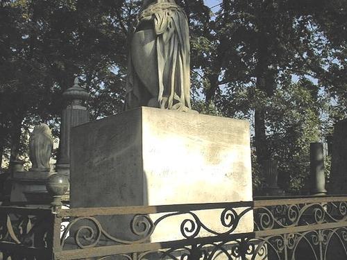 Постамент с урной из белого мелко-, среднезернистого мрамора. Фото июля 2002 г.