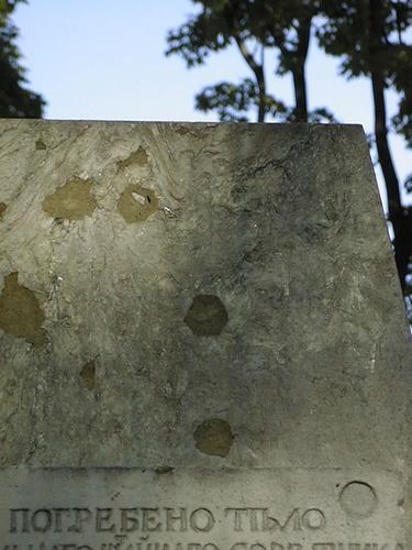 Мемориальная плита из белого, мелко-, среднезернистого мрамора. Видны атмосферные грязевые отложения. Фото июля 2002 г.