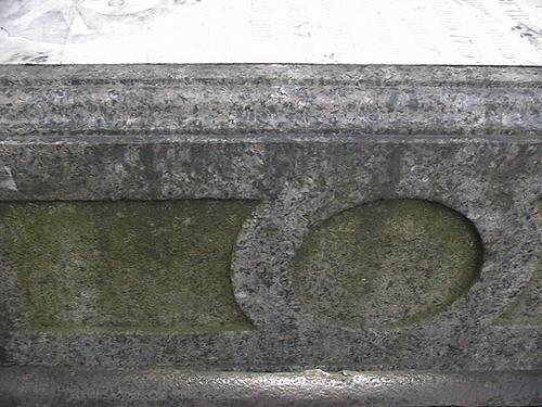 Фрагмент гранитного саркофага. Видно развитие колоний водорослей. Фото июля 2002 г.