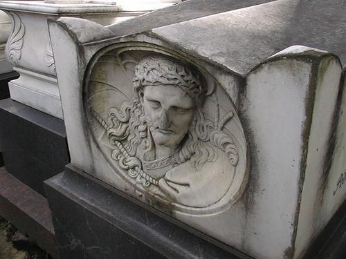Западный рельеф с изображением Христа. Видно сильно проявленное выкрашивание