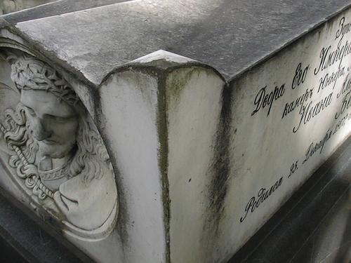 Южная сторона саркофага. Видны атмосферные грязевые отложения, выкрашивание. Фото июля 2002 г.
