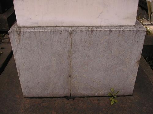 Постамент из светло-серого, пестрого, неоднородного, мелко-, среднезернистого мрамора с перламутровым оттенком. Фото июля 2002 г.