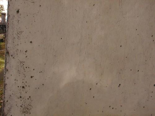 Фрагмент жертвенника из белого, мелко-, среднезернистого мрамора. Видно развитие питтинга. Фото июля 2002 г.
