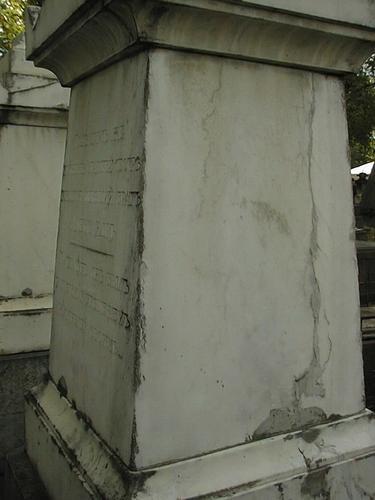 Южная сторона жертвенника. Видно огрубление поверхности из-за выкрашивания. Фото июля 2002 г.