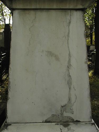 Верхняя часть жертвенника. Видно огрубление поверхности из-за выкрашивания. Фото июля 2002 г.
