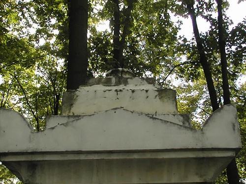 Южная сторона жертвенника. Видны трещины, замазанные мастиковкой при реставрации. Фото июля 2002 г.