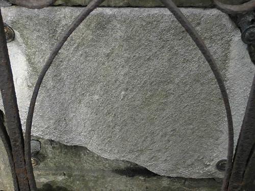 Мемориальная плита. Видно сильно проявленное выкрашивание. Фото июля 2002 г.