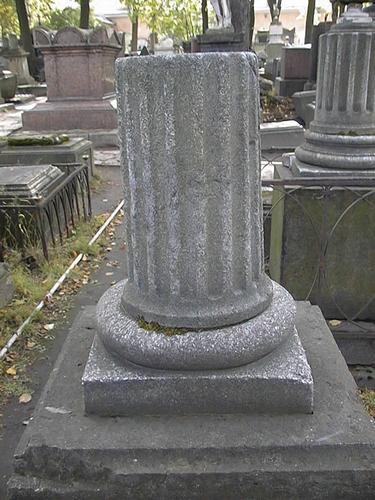 Полуколонна из белого крупнозернистого мрамора. Видно выкрашивание по углам подставки для полуколонны и контурам полуколонны. Фото июля 2002 г.
