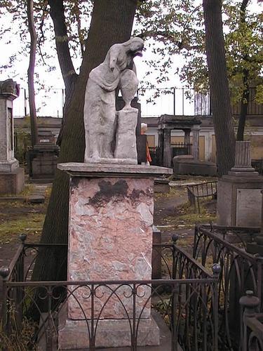 Скульптура плакальщицы из белого мелко-, среднезернистого мрамора. Видно сильно проявленное отшелушивание, выкрашивание, образование черной гипсовой корки. Фото июля 2002 г.