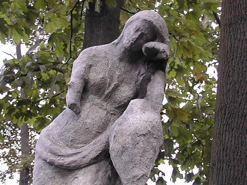 Фрагмент скульптуры плакальщицы.  Видно образование черной гипсовой корки, ее отслаивание. Фото июля 2002 г.