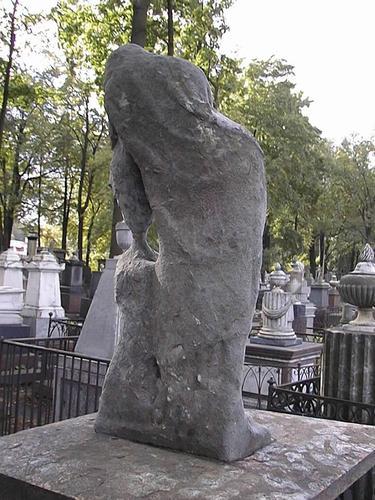 Скульптура плакальщицы.Восточная сторона. Видно выкрашивание,налеты биологического происхождения Фото июля 2002 г. Стрелкой указано место взятия образца.