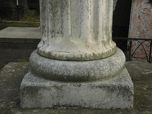 Подставка для полуколонны из белого крупнозернистого мрамора. Видно огрубление поверхности из-за выкрашивания. Фото июля 2002 г.
