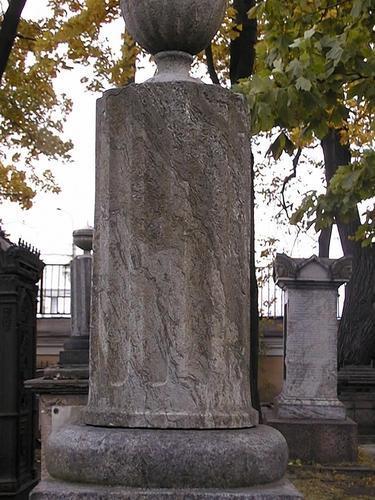 Фрагмент памятника  Видны налеты биологического происхождения. Фото июля 2002 г