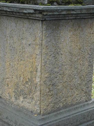 Ваза-светильник из белого, мелко-, среднезернистого мрамора. Видны атмосферные грязевые отложения. Фото июля 2002 г.