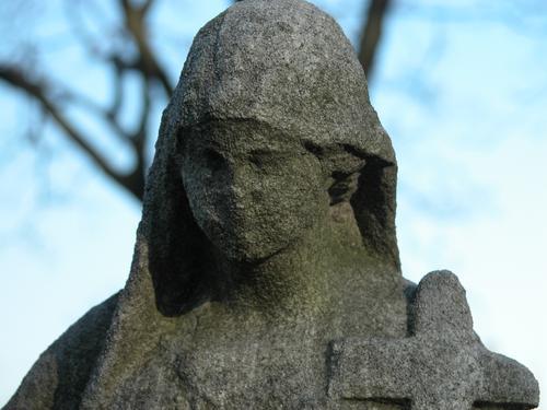 Голова плакальщицы. Западная сторона. Видно сильно развитое выкрашивание, налеты биологического происхождения. Фото ноября 2003 г.