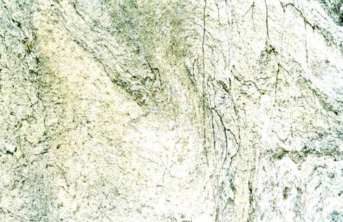 Фрагмент сени из серого, тонкополосчатого, узорчатого, мелко-, среднезернистого мрамора. Фото ноября 2003 г.