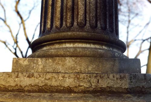 Фрагмент полуколонны на постаменте. Северная сторона. Видна трещиноватость на Путиловской плите. Фото ноября 2003 г.