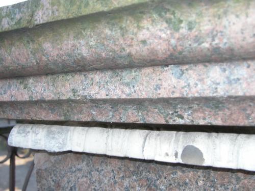 Верхняя плита постамента. Северная сторона. Видно образование черной гипсовой корки. Фото ноября 2003 г.