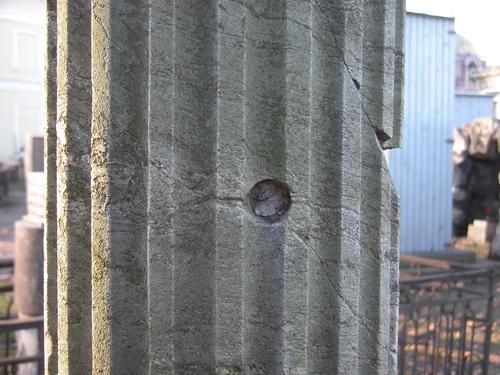 Фрагмент полуколонны. Видны выбоины и сколы неизвестного происхождения, трещины. Фото ноября 2003 г.