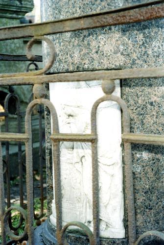 Рельеф на памятнике Ланскому П.С. Видно отшелушивание.  Фото ноября 2003 г.