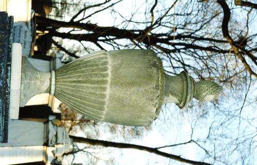 Ваза-светильник из белого, мелко-, среднезернистого мрамора. Видны налеты биологического происхождения. Фото ноября 2003 г.