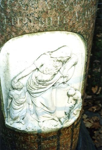Рельеф на памятнике Ланскому С.С. Видны налеты биологического происхождения. Фото ноября 2003 г.