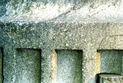 Фрагмент нижней полуколонны из белого, крупнозернистого мрамора. Видно отшелушивание. Фото ноября 2003 г.