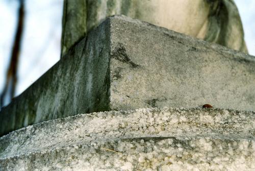 Фрагмент полуколонны из белого, крупнозернистого мрамора. Видно выкрашивание. Фото ноября 2003 г.