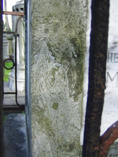 Западная сторона. Виден сплошной налет из налетов биологического происхождения и атмосферных грязевых отложений на верхней плите постамента.  Фото августа 2004 г.