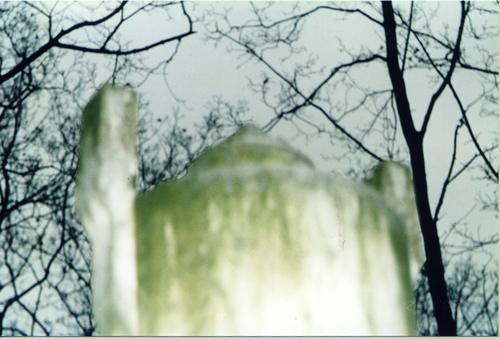 Верхняя часть урны. Видно отшелушивание. Фото ноября 2003 г.
