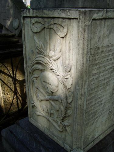 Фрагмент подставки для урны из серого, мелко-, среднезернистого полосчатого мрамора. Видны следы реставрации. Фото августа 2004 г.