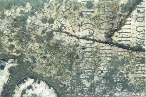 Надгробная плита. Видны механические повреждения. Фото ноября 2003 г.