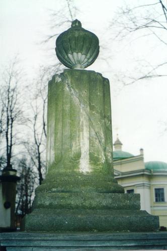 Восточная сторона верхней части памятника из белого, мелко-, среднезернистого мрамора. Видны биологический налет, механические повреждения. Фото ноября 2003 г.