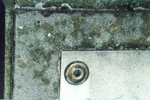Фрагмент мемориальной плиты. Восточная сторона. Видны отшелушивание, биологический налет. Фото ноября 2003 г.