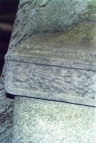Фрагмент южного рельефа из серого, полосчатого, мелко-, среднезернистого мрамора. Видны отшелушивание, биологический налет. Фото ноября 2003 г.
